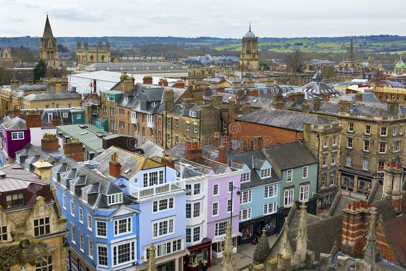 Mening van de straten en de gebouwen van Oxford van de toren van Universitaire Kerk van St Mary Virgin stock foto