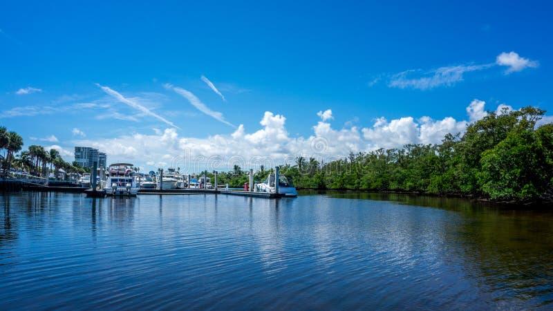 mening van de tedere jachten van machtsboten in de kanalen van de jachthaven in Dania Beach, Hollywood, Miami florida royalty-vrije stock afbeelding