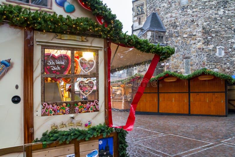Mening van de teller met snoepjes en peperkoek bij de Kerstmismarkt, stad van Aken stock afbeeldingen