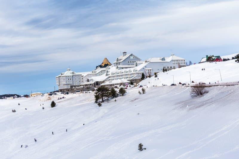 Mening van de toevluchthotels van de Bergski met sneeuw in Uludag royalty-vrije stock afbeelding