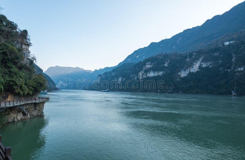 Mening van de Toneelvlek van de Drie Klovenstam langs de Yangtze-Rivier; gevestigd stock afbeeldingen