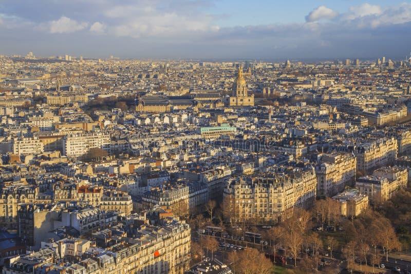 Mening van de Toren van Eiffel aan de stad stock afbeeldingen