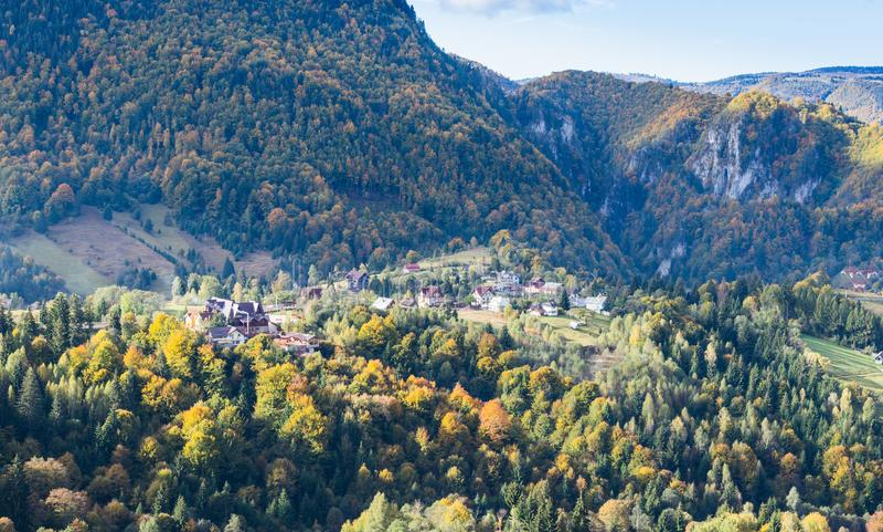 Mening van de vallei met het dorp bij de voet Karpatische Bergen niet verre van de stad van Zemelen in Roemenië stock foto's