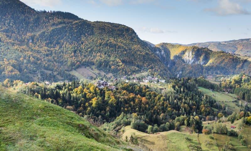 Mening van de vallei met het dorp bij de voet Karpatische Bergen niet verre van de stad van Zemelen in Roemenië royalty-vrije stock foto's