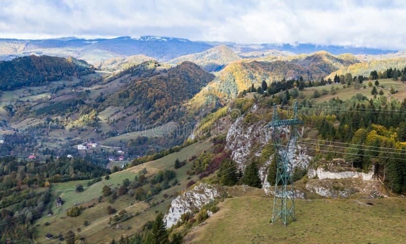 Mening van de vallei met het dorp bij de voet Karpatische Bergen niet verre van de stad van Zemelen in Roemenië stock fotografie