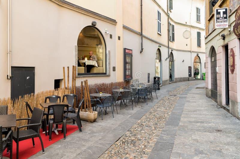 Download Mening Van De Voetstraat En Mensenzitting In Het Venster Van De Bar In Het Historische Centrum Van Varese Redactionele Afbeelding - Afbeelding bestaande uit cityscape, walking: 107705240