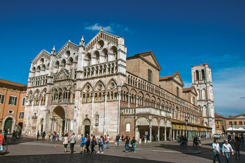 Mening van de voorvoorgevel en de klokketoren van Ferrara Kathedraal stock fotografie