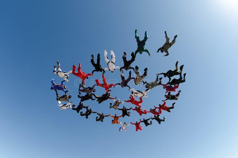 Mening van de de vormings de lage hoek van de Skydivingsgroep stock foto