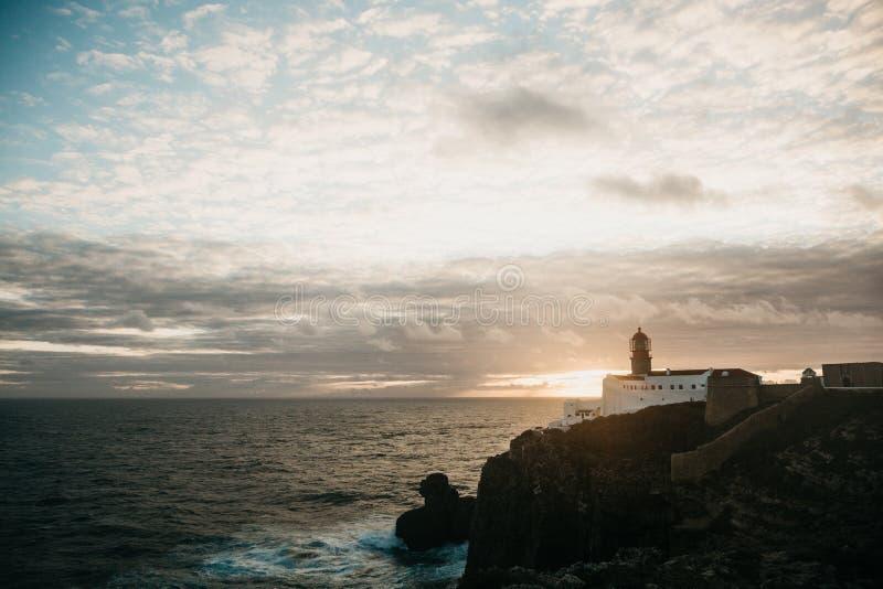 Mening van de vuurtoren en de klippen bij Kaap St Vincent in Portugal bij zonsondergang royalty-vrije stock afbeelding