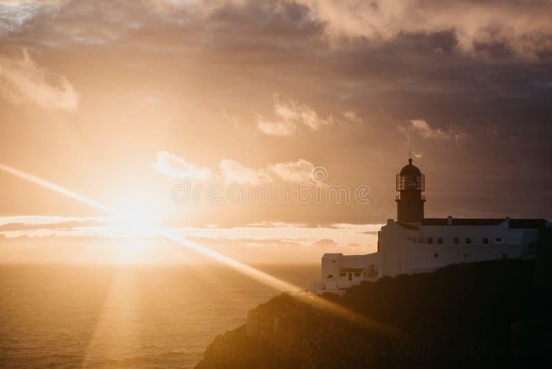 Mening van de vuurtoren en de klippen bij Kaap St Vincent in Portugal bij zonsondergang royalty-vrije stock foto