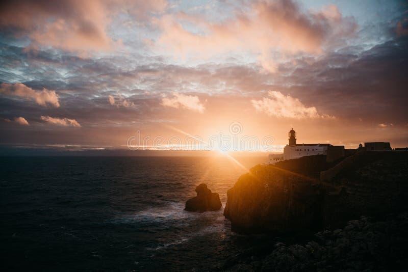 Mening van de vuurtoren en de klippen bij Kaap St Vincent in Portugal bij zonsondergang royalty-vrije stock foto's