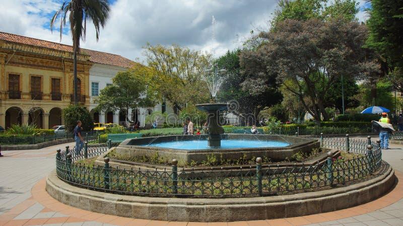Mening van de waterfontein in Calderon-Park in het historische centrum van de stad van Cuenca stock foto's