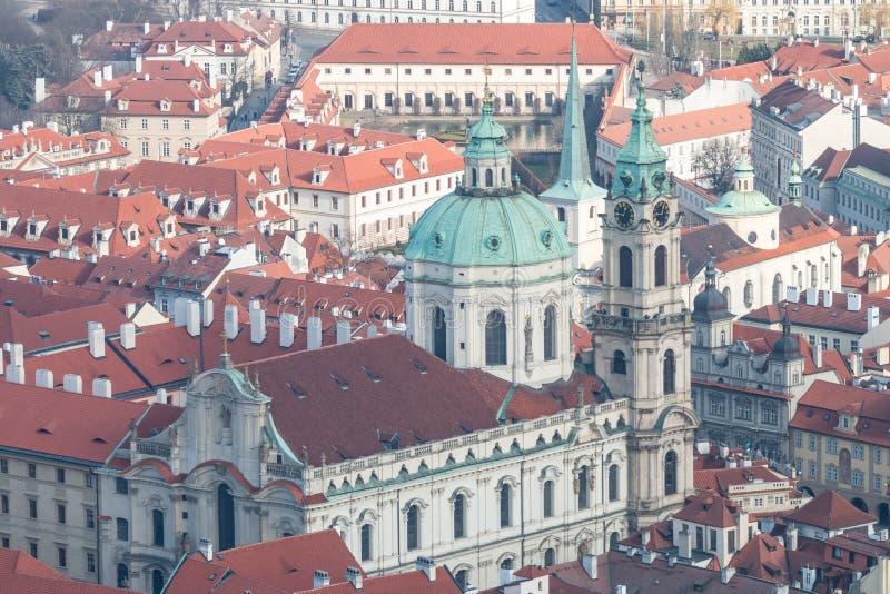 Mening van de winter Praag met klassieke rode daken stock foto's