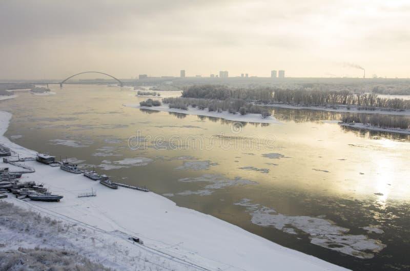 Mening van de de winterrivier Ob in Novosibirsk op een sombere dagvogel ` royalty-vrije stock afbeeldingen