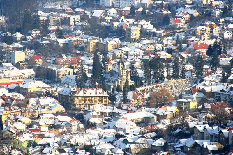 Mening van de de winterstad van Brasov, Roemenië stock foto's