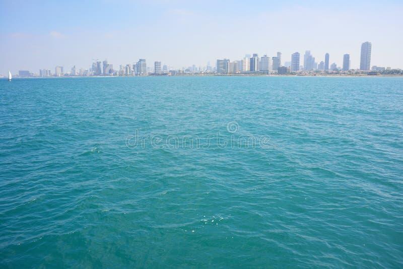 Mening van de wolkenkrabbers van Tel Aviv van de Middellandse Zee stock fotografie