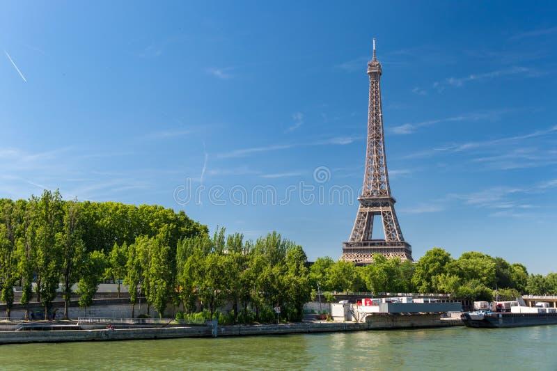 Mening van de Zegenrivier met de Toren van Eiffel op de achtergrond stock fotografie