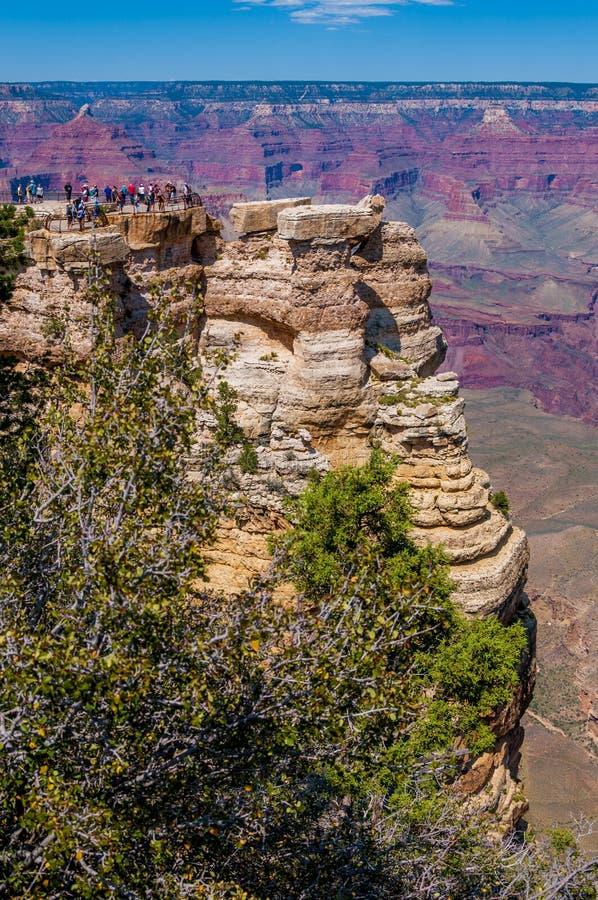 Mening van de Zuidelijke Rand van Grand Canyon ` s van Mather Point met mensen op Yavapai-Punt stock afbeeldingen