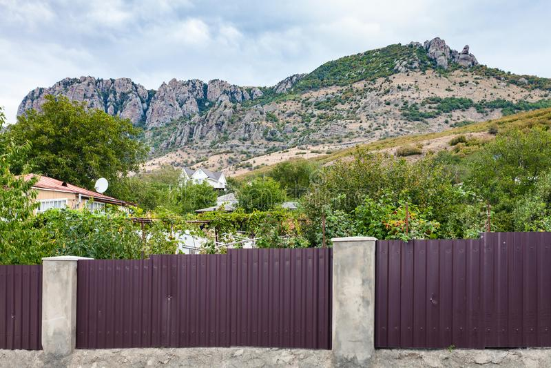 Mening van Demerdzhi-Berg van Luchistoye-dorp stock foto's