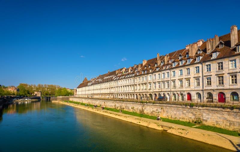 Mening van dijk in Besançon met tram op een brug stock foto's