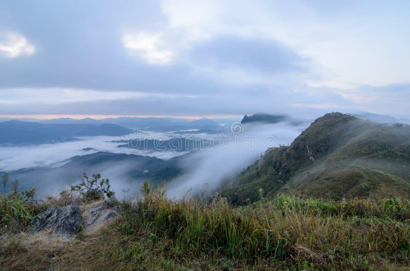 Mening van Doi Pha Tang in de ochtend met overzees van mist in Chiang Rai, Thailand stock fotografie