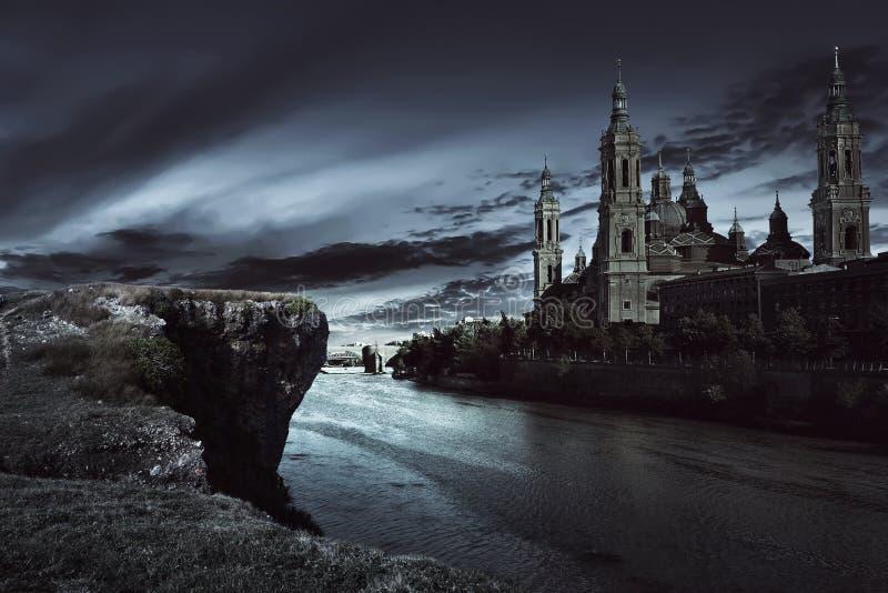 Mening van donker kasteel met donkere hemel stock afbeeldingen