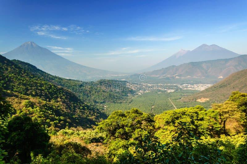 Mening van drie vulkanen, Guatemala stock foto