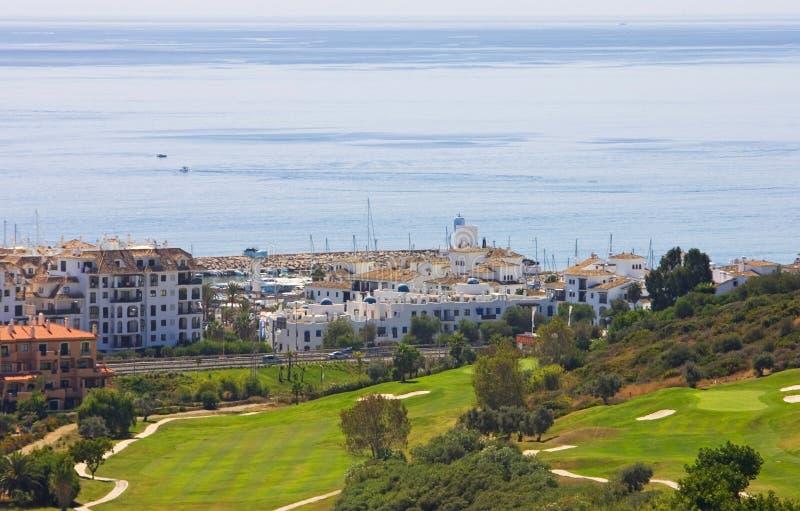 Mening van Duquesa golfcursus en beneden aan de Middellandse Zee binnen royalty-vrije stock afbeelding