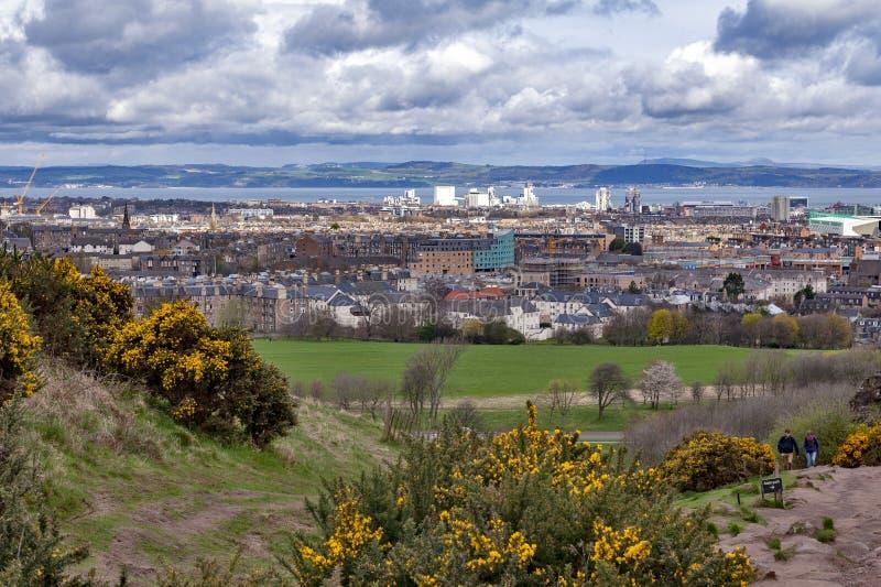 Mening van Edinburgh naar Noordzee van Arthur's Seat, hoogste punt in Edinburgh bij Holyrood-Park, Schotland, het UK stock fotografie