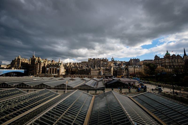 Mening van Edinburghs-Marktstraat zoals die van Waverly-Post, met het plafond van het postenglas in de voorgrond wordt gezien stock afbeelding