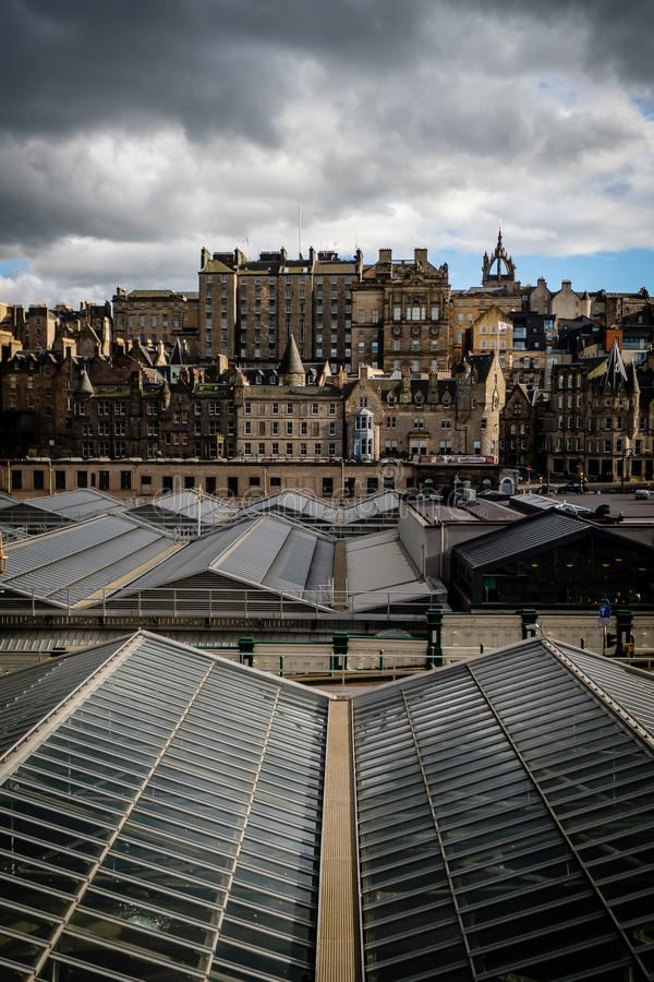 Mening van Edinburghs-Marktstraat zoals die van Waverly-Post, met het plafond van het postenglas in de voorgrond wordt gezien stock foto