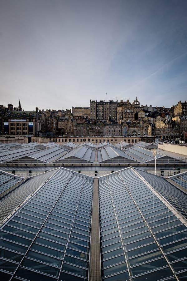 Mening van Edinburghs-Marktstraat zoals die van Waverly-Post, met het plafond van het postenglas in de voorgrond wordt gezien royalty-vrije stock foto's