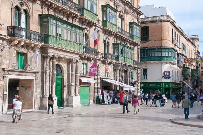 Mening van een belangrijkste straat in de stad van Valletta in Malta stock afbeeldingen