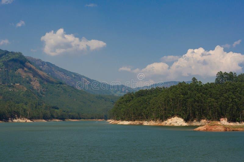 Mening van een bergmeer dichtbij Munnar, Kerala, India stock afbeeldingen