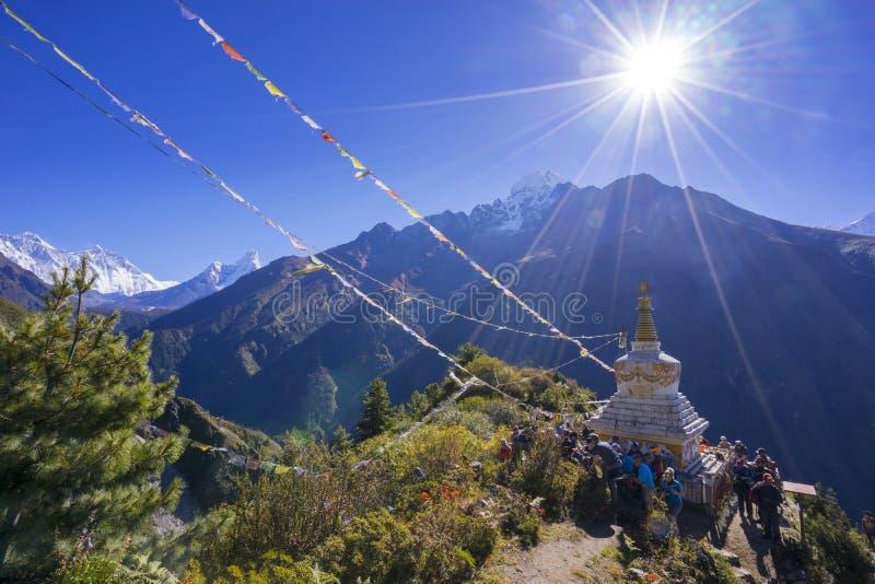Mening van een Boeddhistische stupa en een wolk van mensen met berg Lhotse en Ama Dablam op de linkerkant stock afbeeldingen