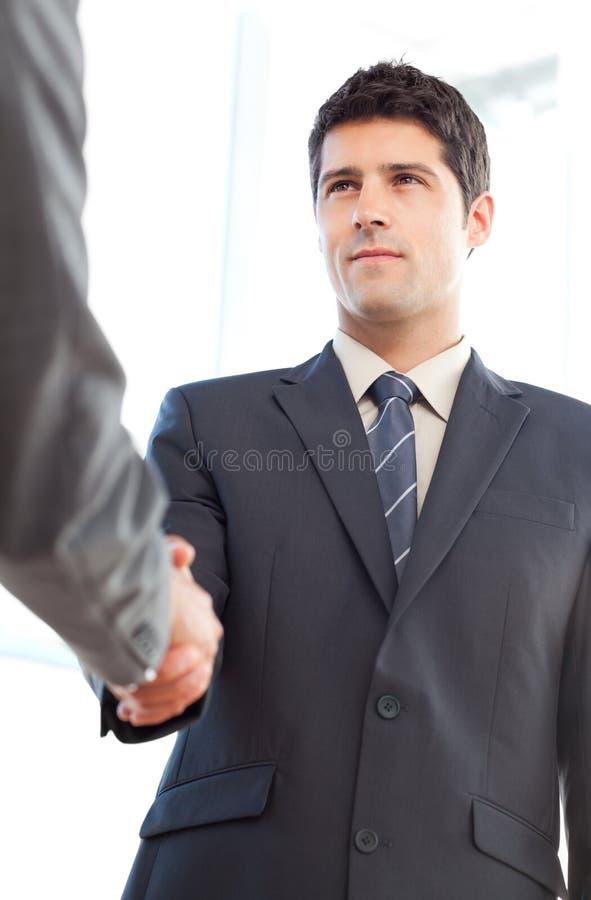 Mening van een ernstige zakenman die een overeenkomst besluit stock afbeeldingen