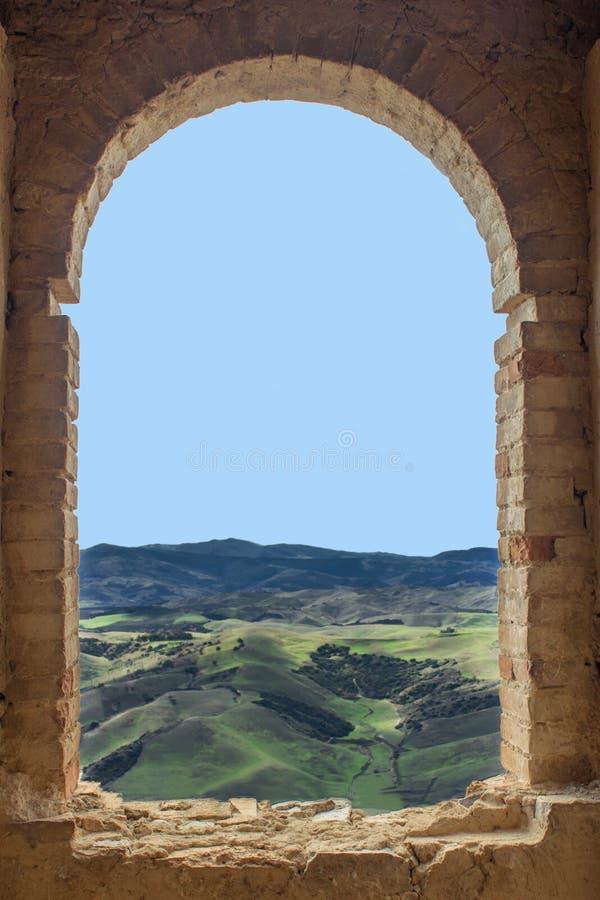 Mening van een geruïneerd venster op groene gebieden royalty-vrije stock afbeeldingen