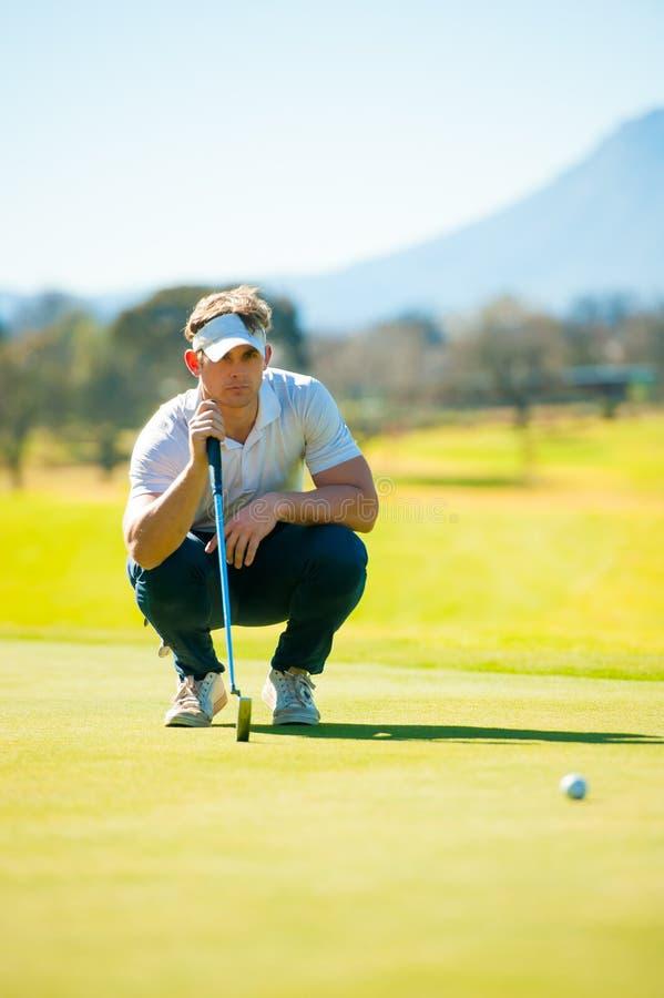 Mening van een golfspeler die zijn schot plannen aan de speld stock afbeeldingen