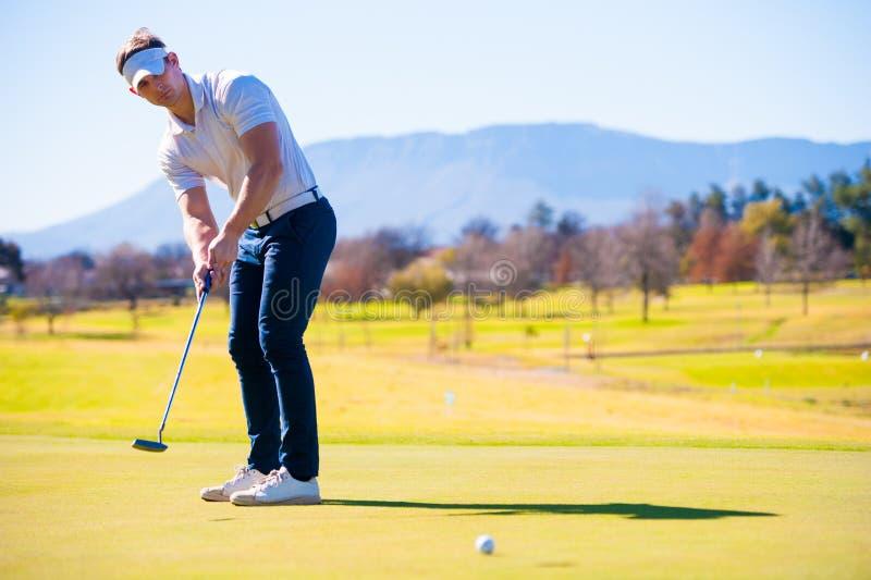 Mening van een golfspeler die zijn schot plannen aan de speld royalty-vrije stock foto's