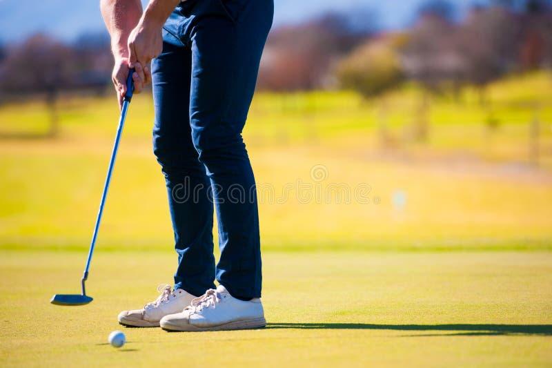 Mening van een golfspeler die zijn schot plannen aan de speld royalty-vrije stock foto