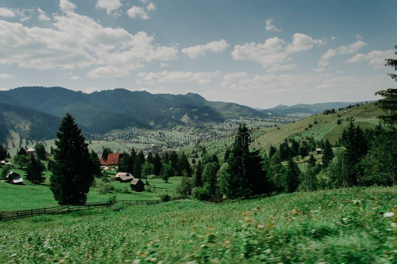 Mening van een groot dorp in de vallei stock fotografie