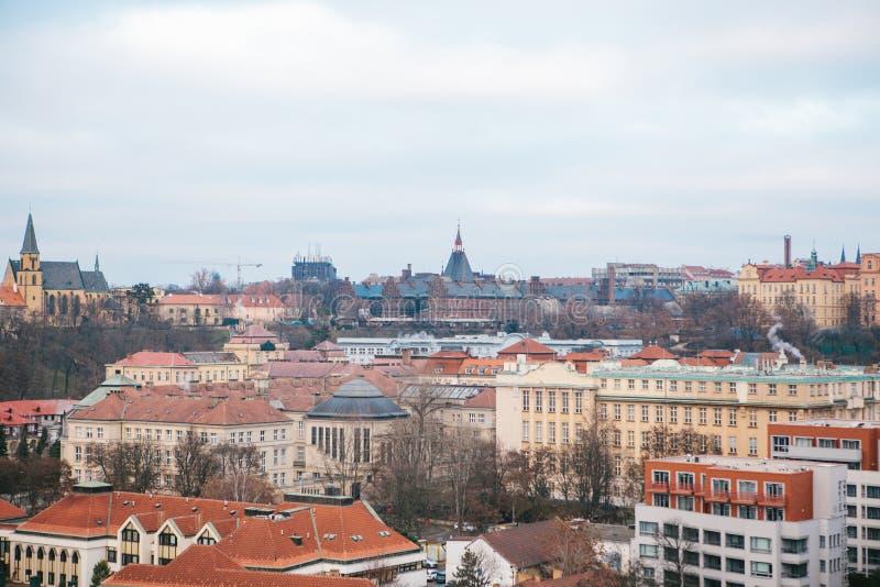 Mening van een hoog punt Een mooie mening van hierboven over de straten, de wegen en de daken van huizen in Praag traditioneel stock afbeeldingen