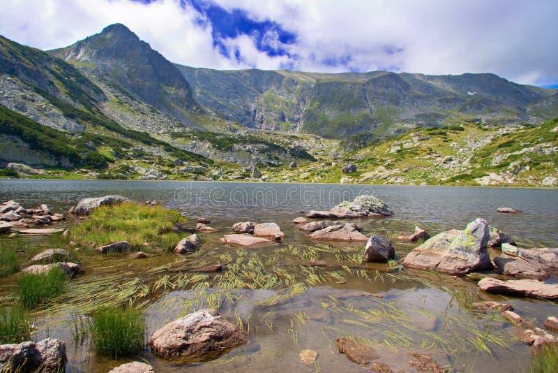 Mening van een ijzig meer in nationaal park Rila, Bulgarije royalty-vrije stock afbeeldingen