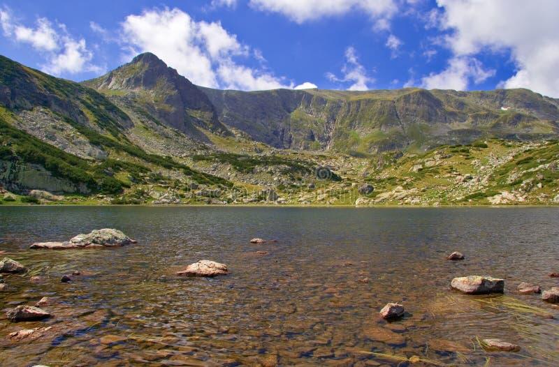 Mening van een ijzig meer in nationaal park Rila, Bulgarije royalty-vrije stock foto's