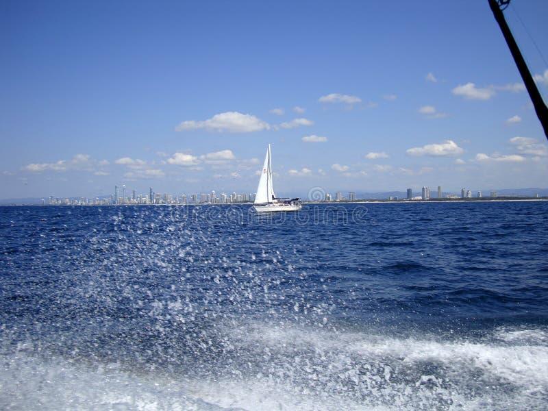Mening van een jacht op Gouden Kust australië stock foto's