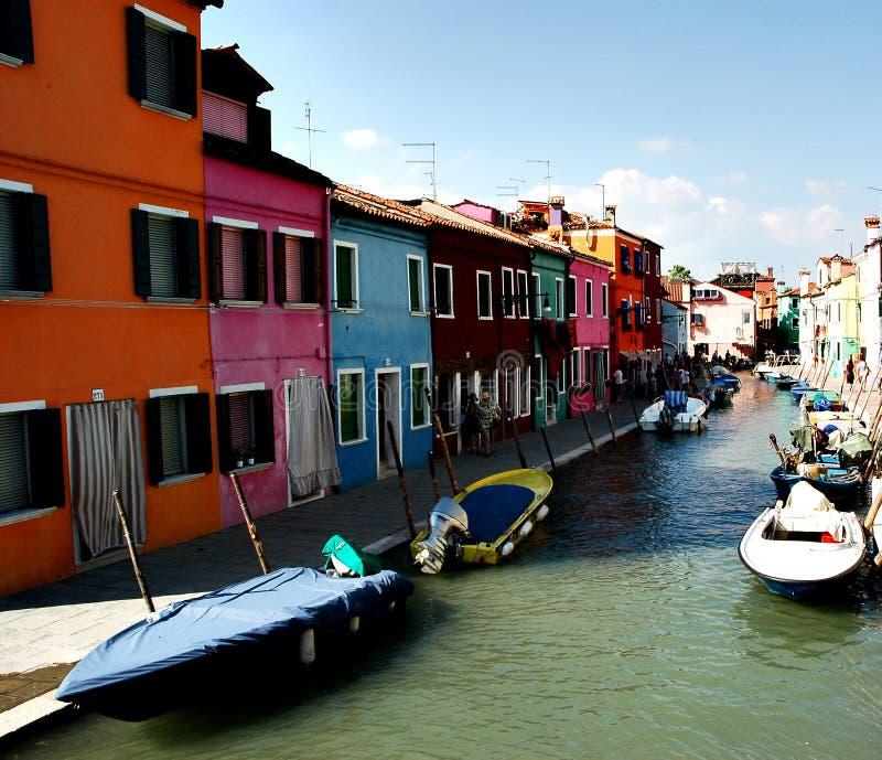 Mening van een kanaal in Burano stock afbeelding