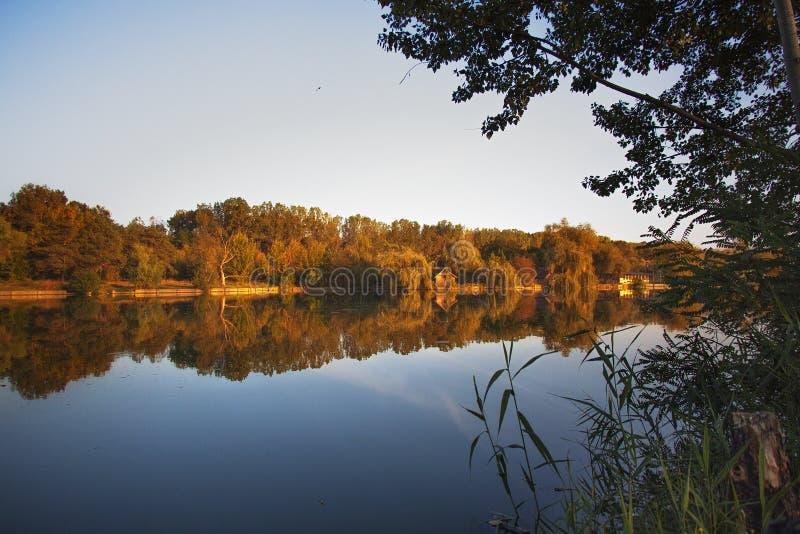 Mening van een klein eiland bij zonsondergang royalty-vrije stock fotografie