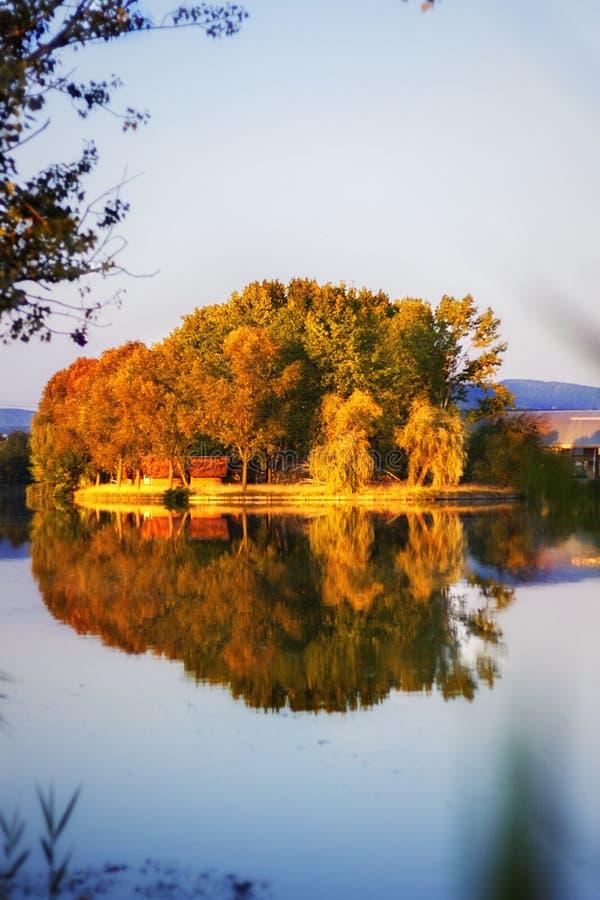 Mening van een klein eiland bij zonsondergang royalty-vrije stock foto