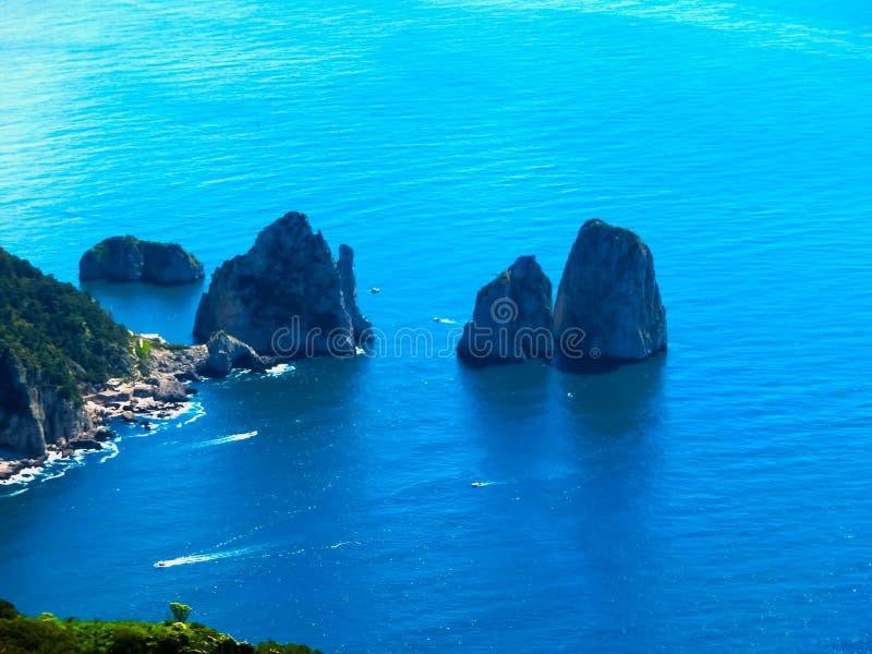 Mening van een klip op het Eiland Capri, Italië, en rotsen in overzees stock foto's