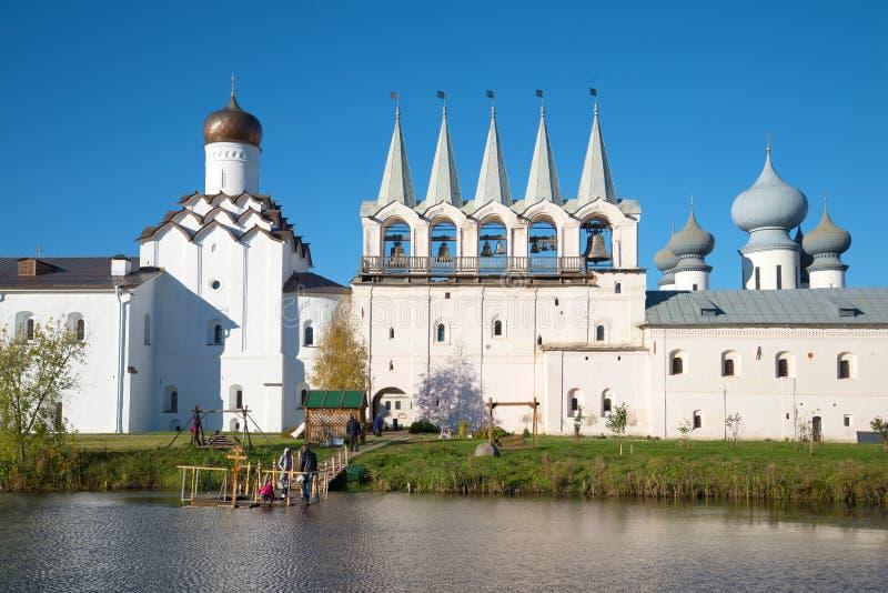 Mening van een klokketoren en een Kerk van de Interventie van het klooster van Tikhvin Uspensky in de zonnige Oktober-middag Tikh royalty-vrije stock afbeelding